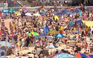 Thousands pack out Sydney's famous beaches as temperatures soar