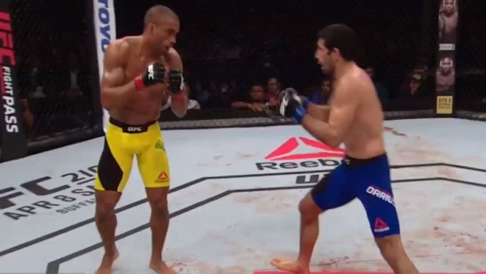 Edson Barboza knocks out Beneil Dariush with flying knee at UFC Fight Night