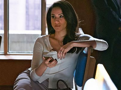 Meghan Markle as Rachel Zane in Suits holding phone in court