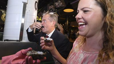 Bill Shorten and Boothby candidate Nadia Clancy eat oysters in Adelaide.