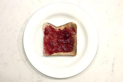Raspberry jam on toast: 125 calories