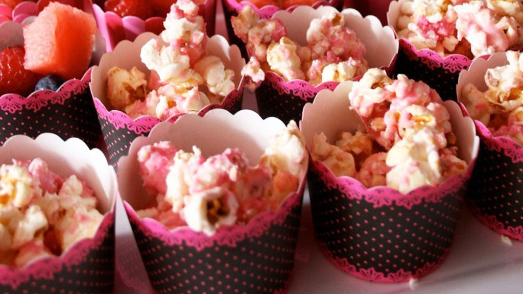 Pretty pink popcorn: melted white chocolate and a sprinkle of coloured sugar. Easy.