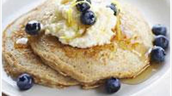Oatcakes with honeyed ricotta and blueberries