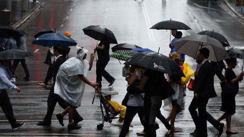 People in Sydney shelter from rain. (AAP file image)
