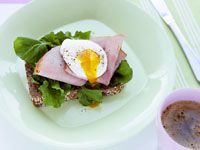 Poached eggs with rocket and ham