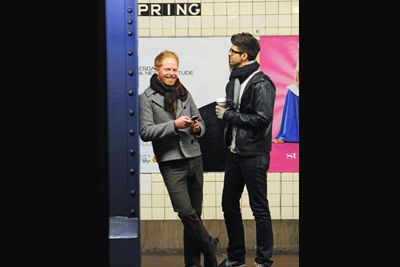 Modern Family's Jesse Tyler Ferguson and his uber-trendy boyfriend Jesse Mikita, looked all-too-happy to wait for their train to Soho. <br/>
