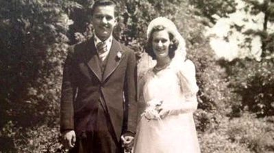 <p> San Diego couple Jeannette and Alexander Toczko lived a life-long love affair, and had been boyfriend and girlfriend since they were eight years old, US network ABC News reports.<br> <br> They died in each other's arms in July last year after 75 years of marriage.</p>