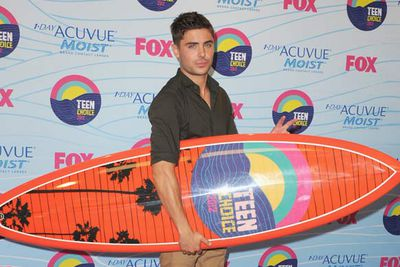 Zac Efron poses with his award (cue the swoons in the pressroom).