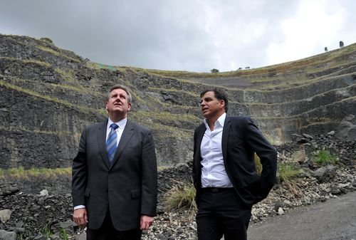 Dial A Dump CEO Ian Malouf with then-Premier Barry O'Farrell look over the proposed site for the incinerator in 2011. (AAP)
