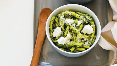 "<a href=""http://kitchen.nine.com.au/2016/05/16/18/24/rocket-pistachio-pesto-pasta"" target=""_top"">Rocket and pistachio pesto pasta</a><br> <br> <a href=""http://kitchen.nine.com.au/2017/01/16/10/12/easy-weekday-meals-january-16-2017"" target=""_top"">More 15-minute dinners</a>"