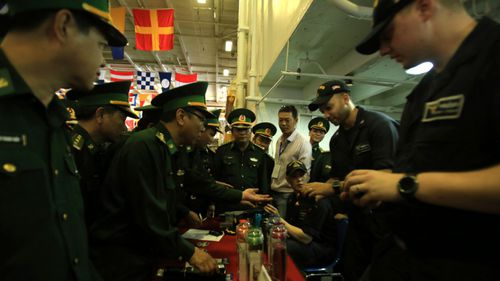 Vietnamese officers visit the USS Carl Vinson. (Photo: AP).