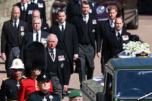 Windsor, Anglia - 17 aprilie: Prințul Charles, prințul de Wales merge în spatele sicriului ducelui de Edinburgh, acoperit cu etalonul personal al Alteței Sale Regale, în timpul unei procesiuni ceremoniale în timpul înmormântării prințului Philip, ducele de Edinburgh la castelul Windsor pe 17 aprilie 2021 în Windsor, Anglia.  Prințul Filip al Greciei și Danemarcei s-a născut pe 10 iunie 1921 în Grecia.  A slujit în Marina Regală Britanică și a luptat în al doilea război mondial.  S-a căsătorit cu prințesa Elisabeta de atunci la 20 noiembrie 1947 și a fost un inovator