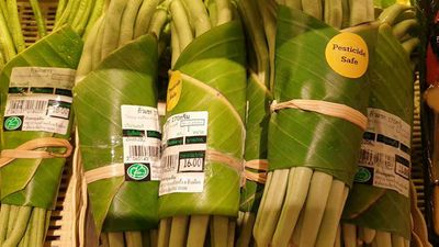 Supermarket puts banana leaves to a good use