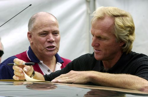 Mackenroth and Australian golfing legend Greg Norman chat in Brisbane in 2001. (AAP)