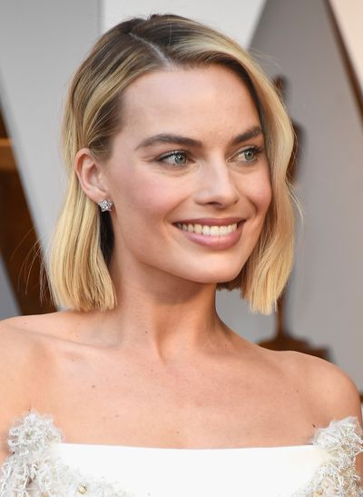 <p>While the start to the award season has seen some daring hair and make-up looks to date, the Oscar Awards saw much moresubdued looks taking centre stage.</p> <p>Nude and soft pink lips, champagne lids and blush cheeks reigned supreme on the 2018 Academy Awards red carpet this year.</p> <p>Keeping things real, Oscar-winner Frances McDormand ditched the make-up all together for au naturale look and Salma Hayek let her natural grey hairs shine though.</p> <p>Meanwhile, not everyone adopted the minimal approach. </p> <p>Jennifer Lawrence's voluminous curls andLupitaNyong'o's gold highlighter and striking blue eye-shadow shook things up.</p> <p>Click through to see the winning looks and trends from film's biggest night.</p>
