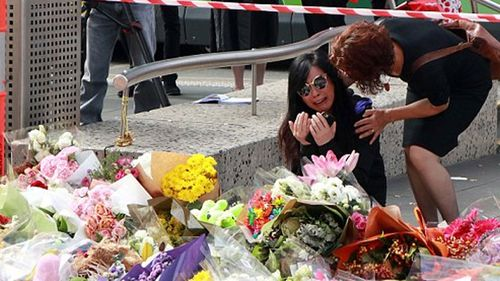 Mourners gather in Bourke Street in the aftermath of the massacre. (9NEWS)
