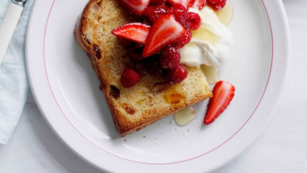 Panettone with honeycream and berries