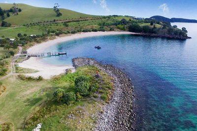 """<strong><a href=""""https://www.slipperislandresort.com/ """" target=""""_top"""">Slipper Island Resort, Whakahau</a></strong>"""