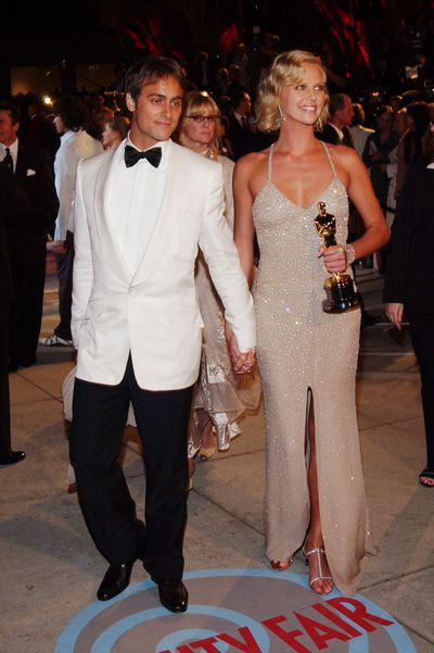 Charlize Theron in Gucci and then-boyfriend Stuart Townsend at the 2004 Academy Awards