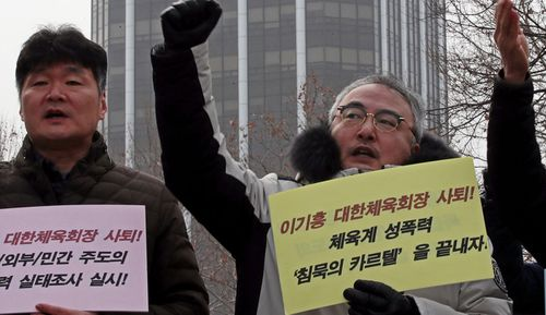 Rally to call for sports body chief's resignation Members of sports civic groups rally in front of the Korean Sport & Olympic Committee (KSOC) building in Seoul,