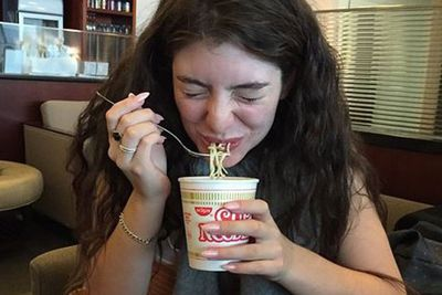 <br/><br/><br/>Lorde's mum Sonja Yelich just shared this super cute snap of her daughter scoffing down a good old cup of noodles. Isn't she just adorbz?!<br/><br/>Just in case you thought celebrities didn't get the same urges and cravings as the rest of us, here are some pics of them scoffing down greasy, messy junk food feasts...