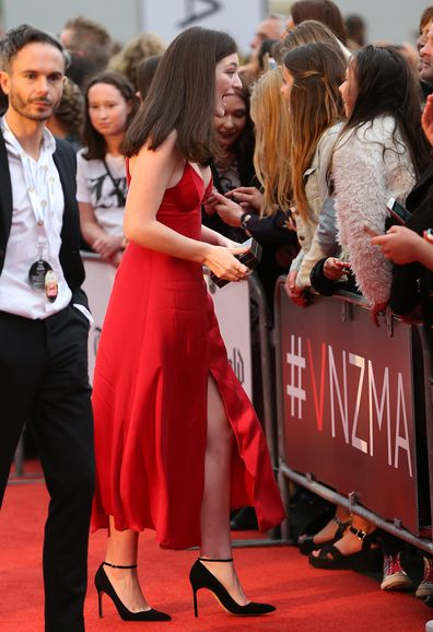 Lorde arrives at the 2015 Vodafone Music Awards in Auckland with Justin Warren by her side.