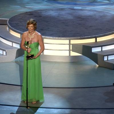 2004: Allison Janney invites Mariska Hargitay on stage