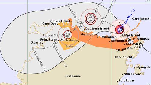 Cyclone Nathan begins to batter Elcho Island off NT coast