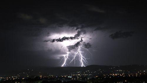 The storm strikes the Gold Coast. (9NEWS)