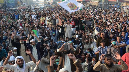 Army summoned to disperse Islamist protesters reports Pakistan media