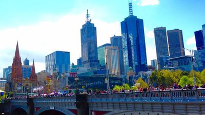 The crowd lining the Princes Bridge ahead of the Grand Final Parade. (9NEWS)