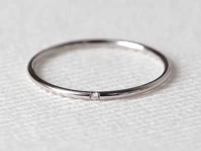 A bride to be has shared a picture of her engagement ring online and has been shamed by commenters. Read more.