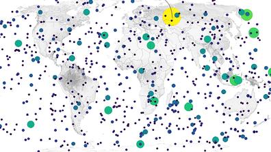 La tierra es bombardeada con montones de polvo y partículas del tamaño de arena todos los días.  A veces, el objeto es lo suficientemente grande como para producir un espectáculo brillante conocido como bola de fuego.  Las bolas de fuego son meteoros con una magnitud aparente de al menos -5, lo que las hace más brillantes que Venus.