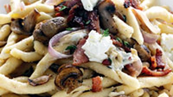 Pasta with caramelised onion, bacon & thyme