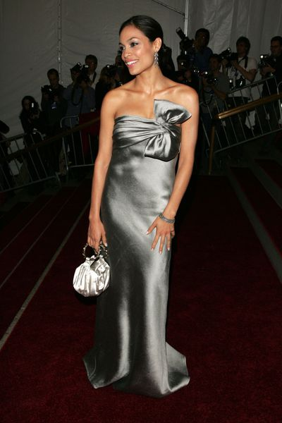 Rosario Dawson with a Kate Spade clutch at the 2006 Met Gala '<em>AngloMania: Tradition and Transgression in British Fashion'</em>