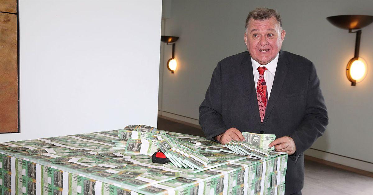 Craig Kelly brings pallet of fake money into parliament