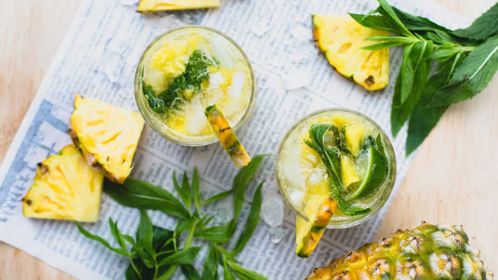 Pineapple and mint mojitos