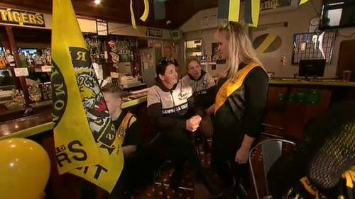 Plenty of black and yellow at The Five Flags Hotel. (9NEWS)