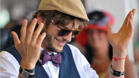 Ashton Kutcher used a 'huge prosthetic penis' for <i>Two and a Half Men</i> scene