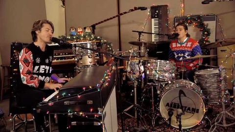 Hanson performs 'Finally It's Christmas'