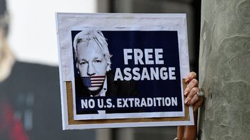 Protesters call on the Australian government to defend Julian Assange.