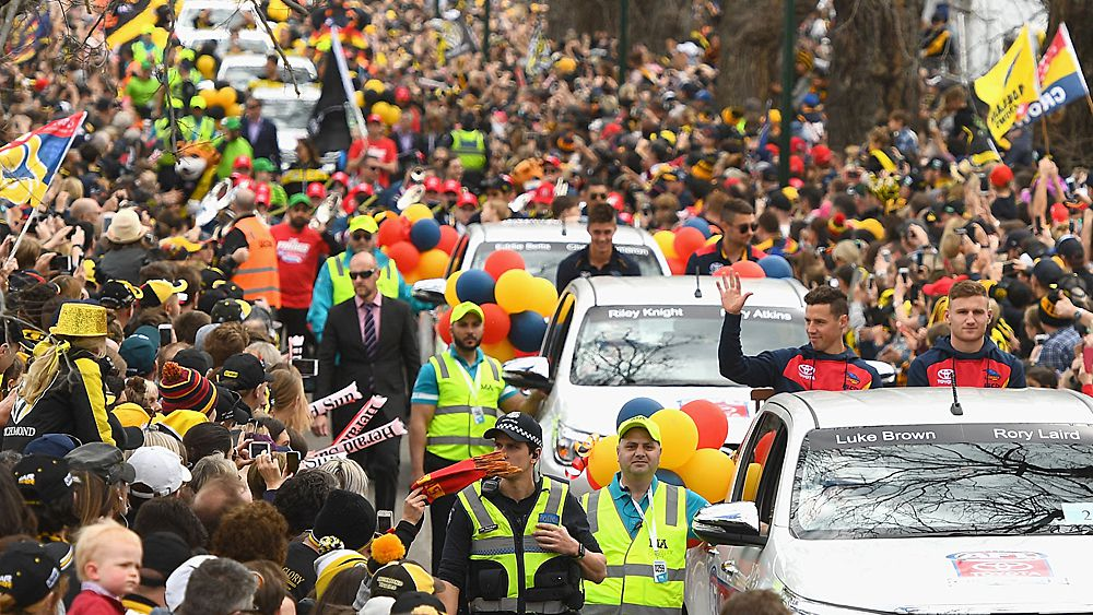 AFL Grand Final 2017: Adelaide Crows and Richmond Tigers met by thousands of fans on final day of preparation