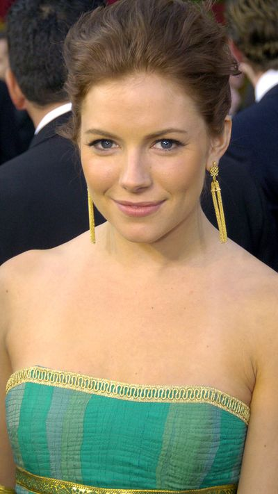 <strong>The dark era</strong><br>At the 2004 Academy Awards, sporting her new brown hue.