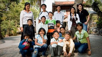 Tara Winkler with children from her Cambodian charity. (60 Minutes)