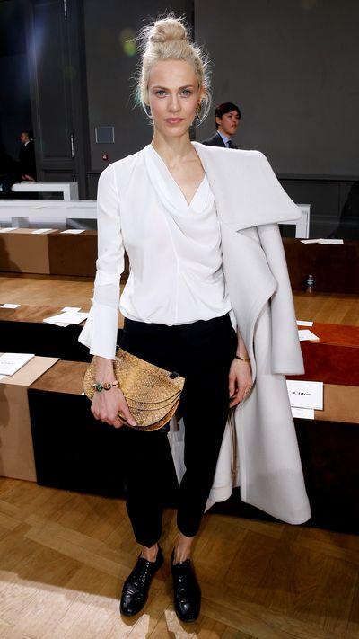 <p>She nails nonchalant coat-wearing front row at&nbsp;Chloé's Fall 2015 show.</p>