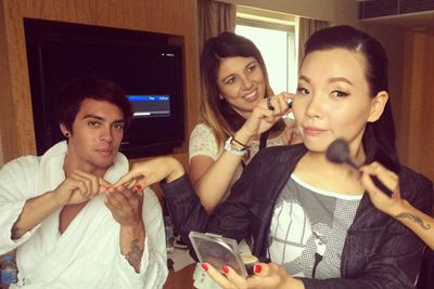 @sonymusicaustralia: The glam squad are working their magic on @damiandmusic.. We think that nail person is new. #ARIAS