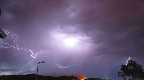 Fire threat eases for Wodonga homes after lightning strikes