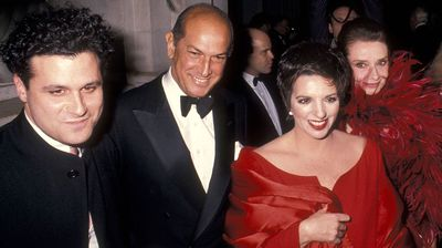 Fashion designer Isaac Mizrahi, de la Renta, and actresses Liza Minnelli and Audrey Hepburn attend the Eighth Annual CFDA Awards in 1989. (Getty)