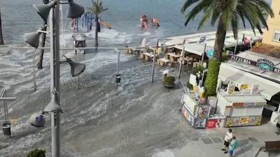 Freak wave swamps tourist hotspots