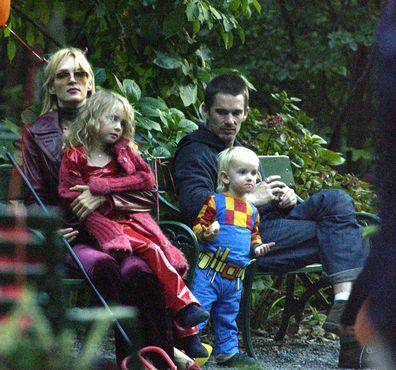 O ator Ethan Hawk visita a atriz Uma Thurman e seus filhos para o Halloween no dia 31 de outubro de 2003 na cidade de Nova York.